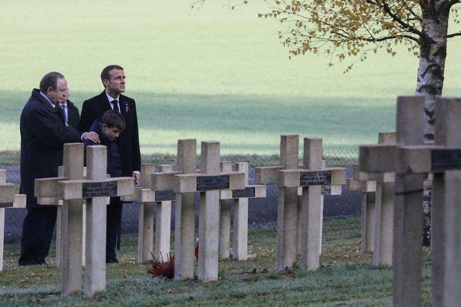 En compagnie de l'arrière-petit-fils de Maurice Genevoix, Macron se recueille sur la tombe de Robert Porchon, compagnon d'armes de l'écrivain.