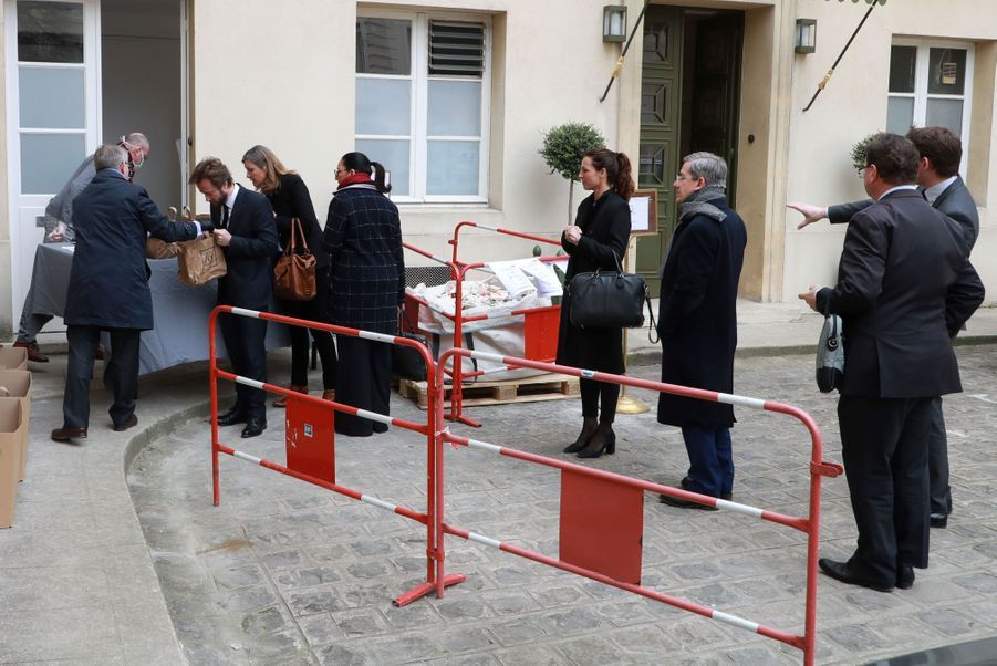 Le 19 mars, la cantine étant fermée en raison du confinement, les députésqui participent au débat sur la loi d'urgence sanitaire à l'Assemblée nationale font la queue pour récupérer les repas.