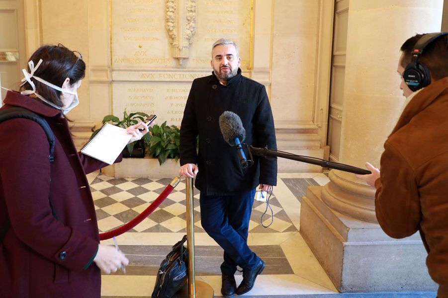 Les interviews, ici celle d'Alexis Corbière, se font désormais en respectant les distances de sécurité.