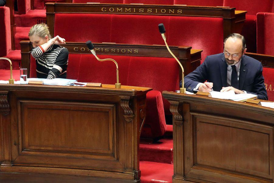 La ministre Agnès Pannier-Runacher, ici aux côtés d'Edouard Philippe le 17 mars à l'Assemblée, applique les gestes barrières.