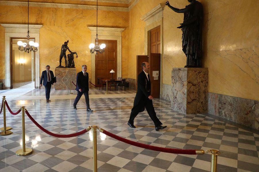 Le 29 avril, le président de l'Assemblée national Richard Ferrand arrive, en respectant la distanciation sociale.