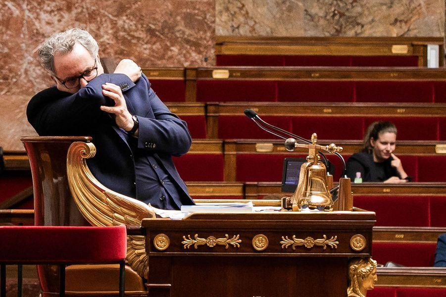 Le 5 mai, à l'Assemblée, Richard Ferrand depuis le perchoir applique les gestes barrières.
