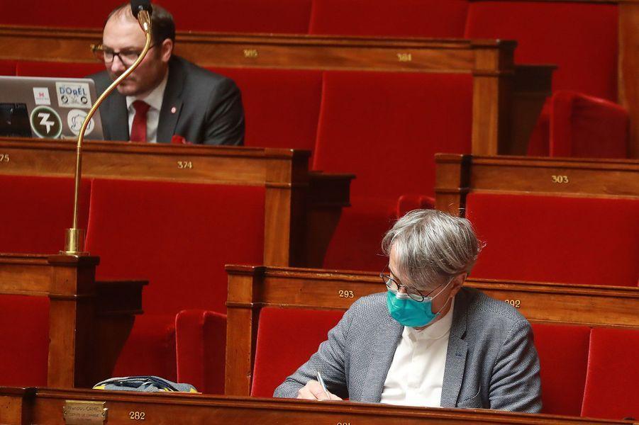 Un membre du Parlement porte un masque lors d'une séance de questions au gouvernement à l'Assemblée, le 29 avril.