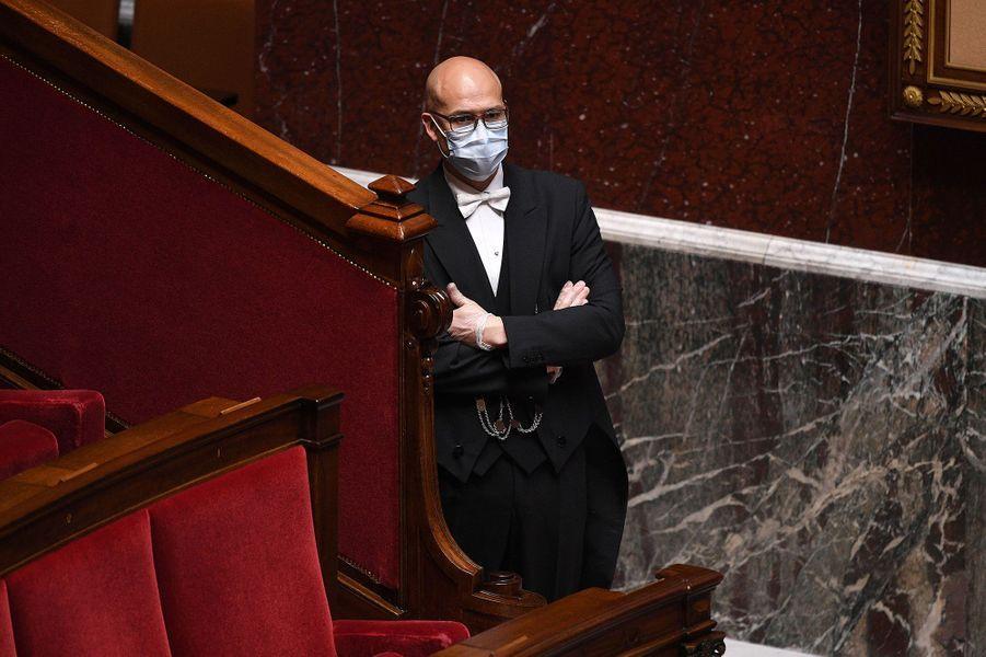 Un huissier portant un masque. Photo prise le 28 avril.