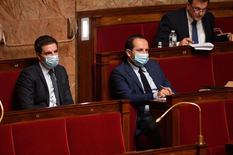 Ludovic Pajot et Sebastien Chenu, du Rassemblement national, également masqués dans l'hémicycle le 28 avril.