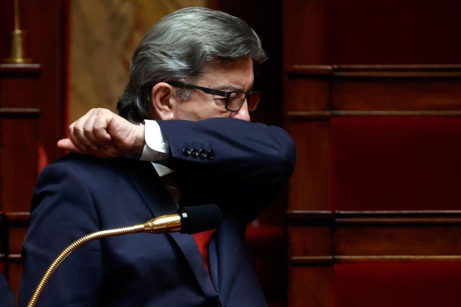 Jean-Luc Mélenchon, à l'Assemblée le 17 avril, applique lui aussi l'un des gestes barrières.
