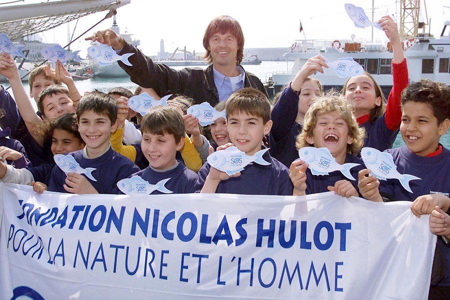 Nicolas Hulot, le 01 avril 1999 sur le port de Nice, entouré de lycéens dans le cadre du lancement officiel de la campagne nationale «SOS mer propre».