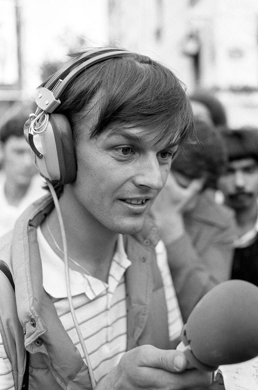 Nicolas Hulot, le 02 juillet 1982 aux abords du Centre Pompidou à Paris lors de l'enregistrement de son émission diffusée sur France Inter.