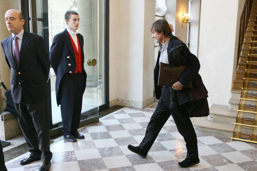 Nicolas Hulot et l'ancien Premier ministre Alain Juppé à l'Elysée, en décembre 2006, après l'installation par Jacques Chirac du comité chargé de préparer la conférence internationale sur l'environnement.
