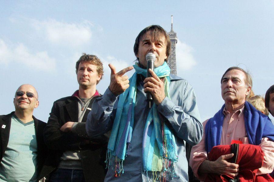 Nicolas Hulot, entouré notamment d'Allain Bougrain-Dubourg, au Trocadero en avril 2007.