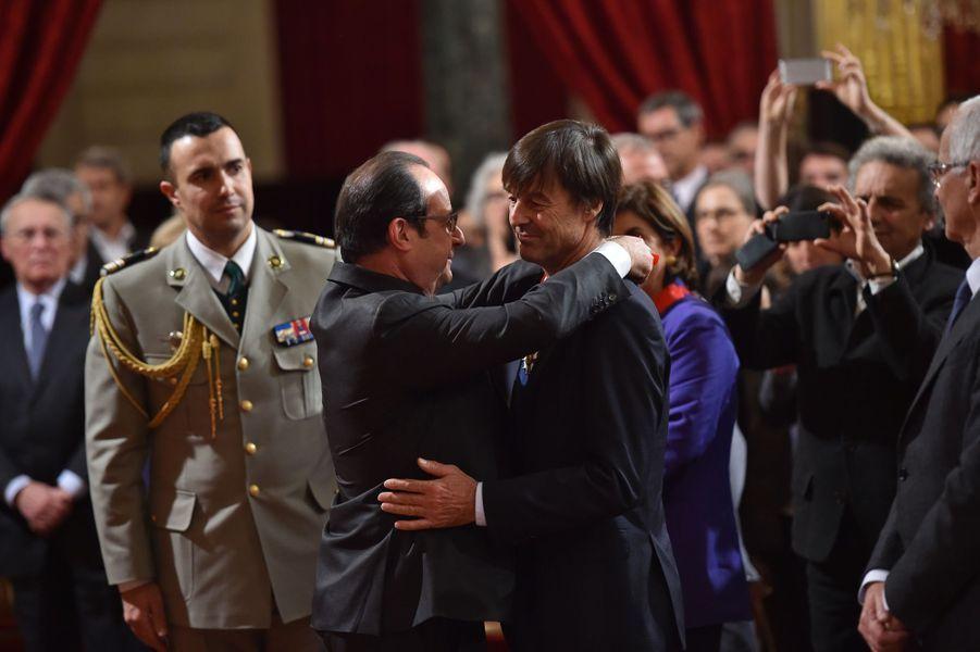 En décembre 2015, à l'occasion de la COP21, François Hollande décore Nicolas Hulot lors d'une cérémonie saluant l'engagement de personnalités dans la lutte contre le réchauffement climatique.