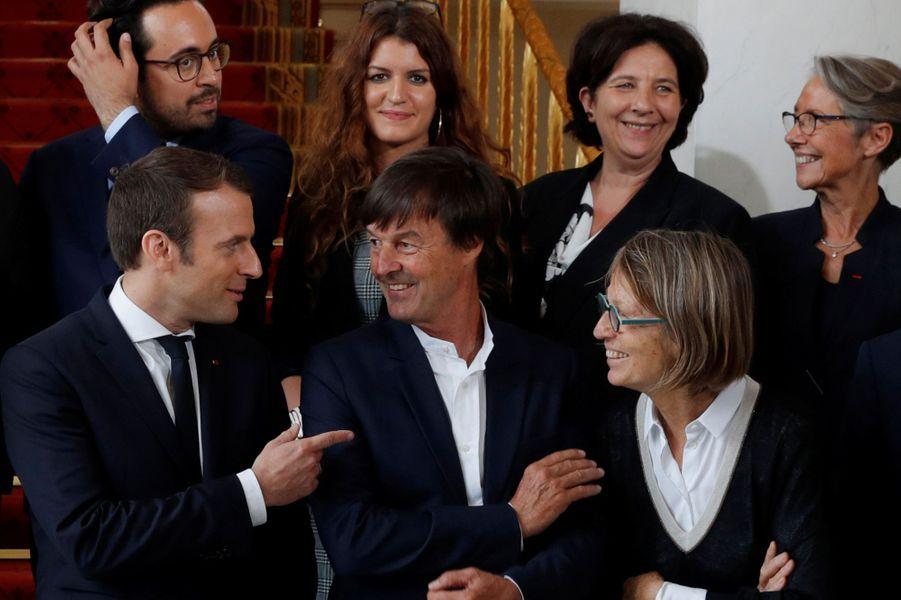 Emmanuel Macron et Nicolas Hulot lors de la première photo de famille du gouvernement à l'Elysée, le 18 mai 2017.