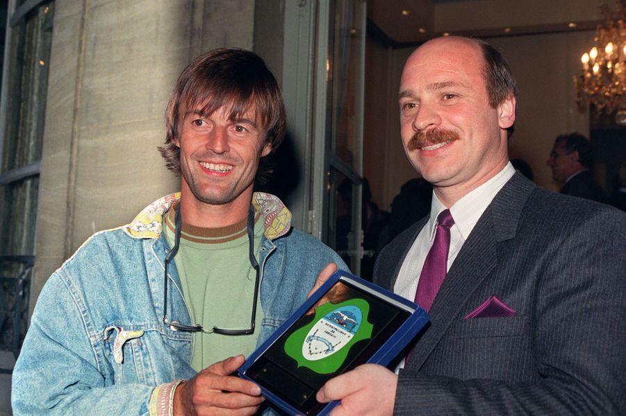 Nicolas Hulot, alors animateur de l'émission «Ushuaia» sur TF1, est fait citoyen d'honneur de la ville d'Ushuaia en Argentine,des mains du maire Carlos Manfredotti, en octobre 1989, lors d'une réception à Paris.