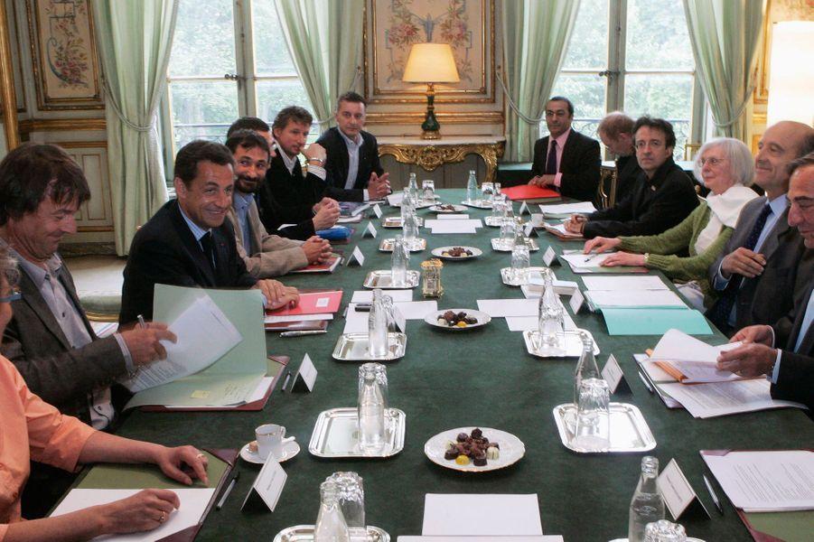 En mai 2007, le président de la République Nicolas Sarkozy participe à une réunion sur l'environnement et le développement durable avec Alain Juppe et des dirigeants d'ONG dont Nicolas Hulot.