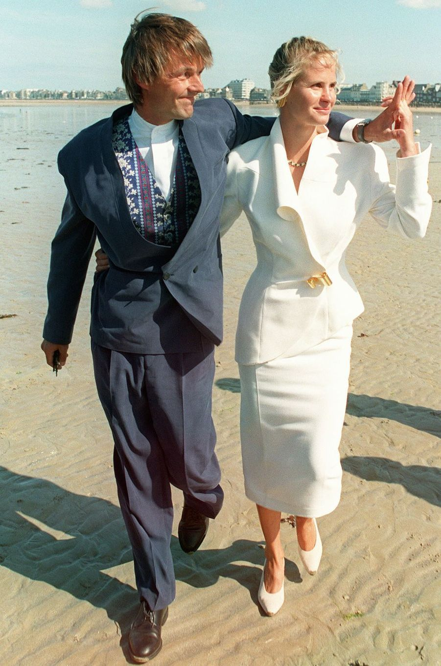 Nicolas Hulot arrive en compagnie de l'alpiniste Isabelle Patissier, le 04 septembre 1993 au Fort national de Saint-Malo, où va être célébré l'office religieux de leur mariage. Le couple se séparera quelques années plus tard.