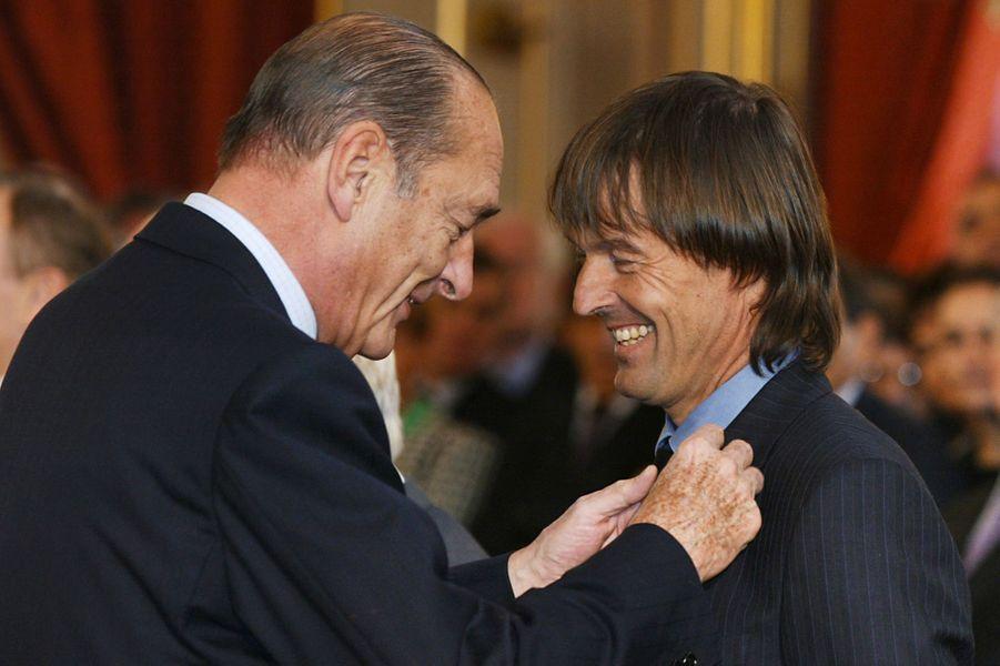 Le président Jacques Chirac remet à Nicolas Hulot l'ordre national du mérite, à l'Elysée le 17 février 2003.