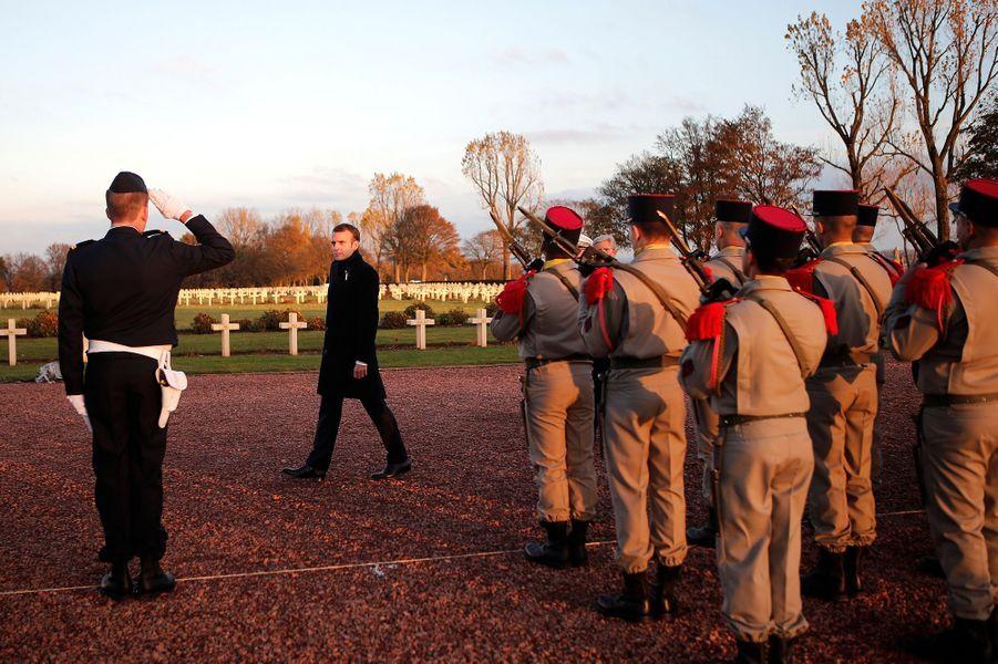 Emmanuel Macron passe en revue les troupes àNotre-Dame-de-Lorette.