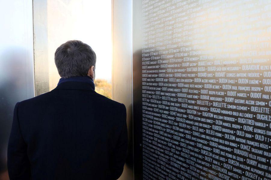 Emmanuel Macron a longuement parcouru l'Anneau de la mémoire accompagné de l'historien Yves Le Maner.