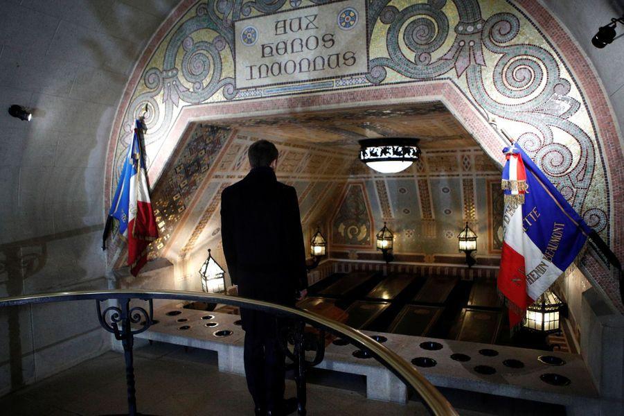 Emmanuel Macron se recueille dans la crypte de la Tour Lanterne.