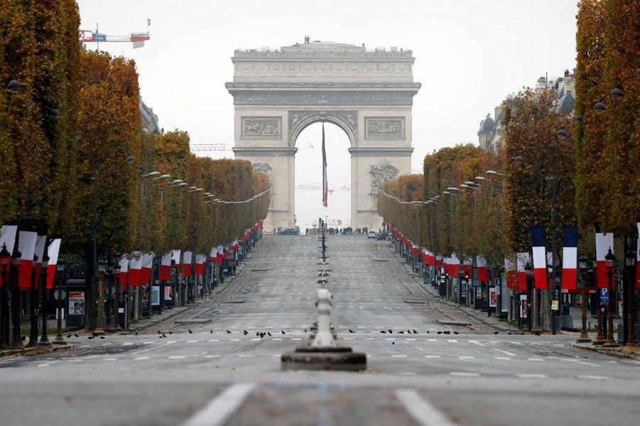 Les Champs-Elysées désertés.