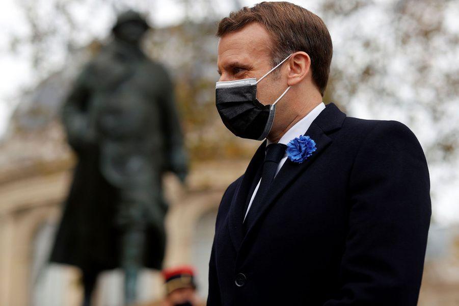 Emmanuel Macron lors du dépôt de gerbe devant la statue de Clemenceau.