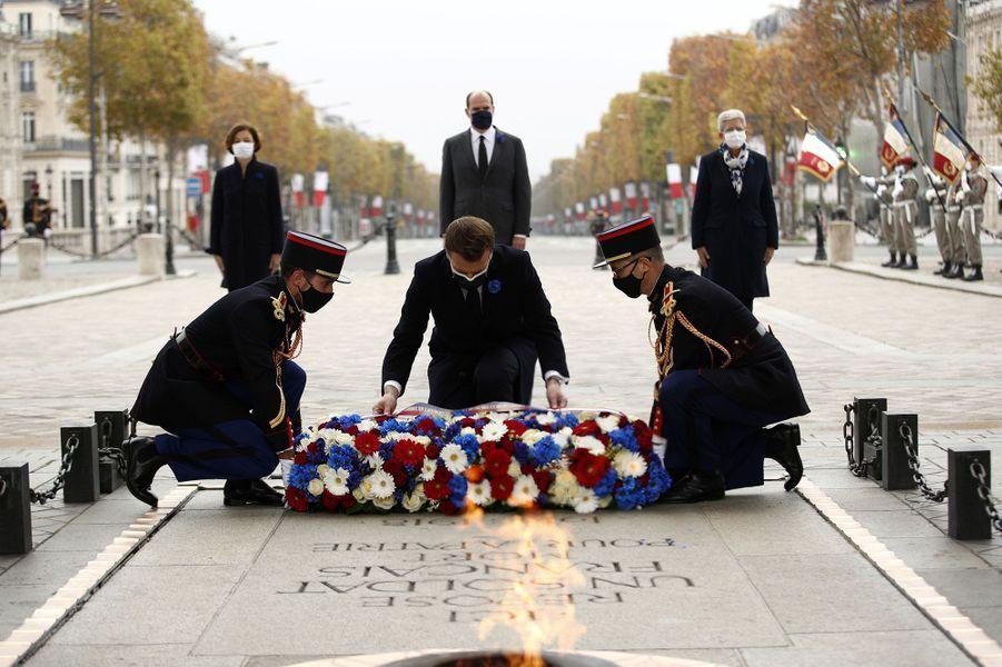 Emmanuel Macron dépose une gerbe devant la tombe duSoldat inconnu.