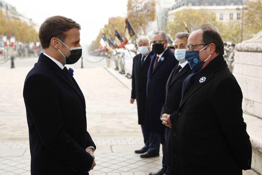 Emmanuel Macron saluant son prédécesseur François Hollande.
