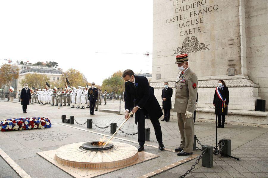 Ravivage de la flamme sur la tombe du Soldat inconnu.