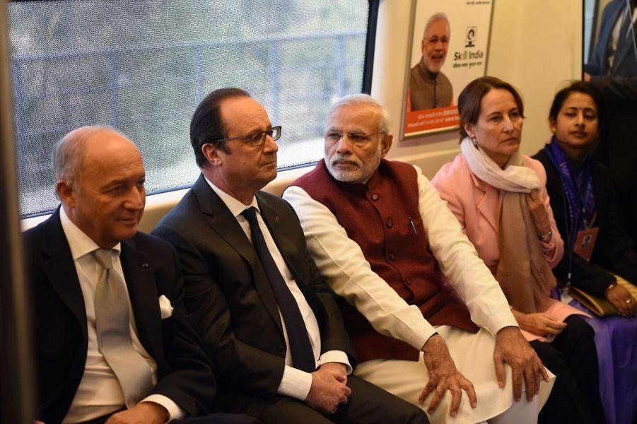 Laurent Fabius, François Hollande, le Premier ministre indien Narendra Modi et Ségolène Royal dans le métro de New Delhi, le 25 janvier 2016