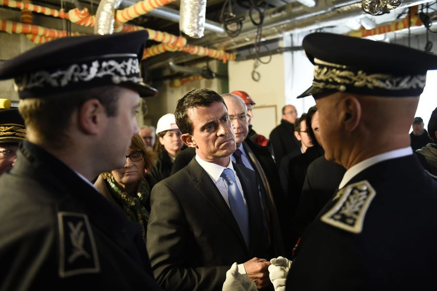 Manuel Valls discute avec des policiers sur le chantier d'un nouveau commissariat