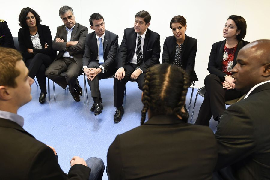 Myriam El Khomri, le maire des Mureaux, Francois Garay, Manuel Valls, Patrick Kanner, Najat Vallaud-Belkacem et Sylvia Pinel