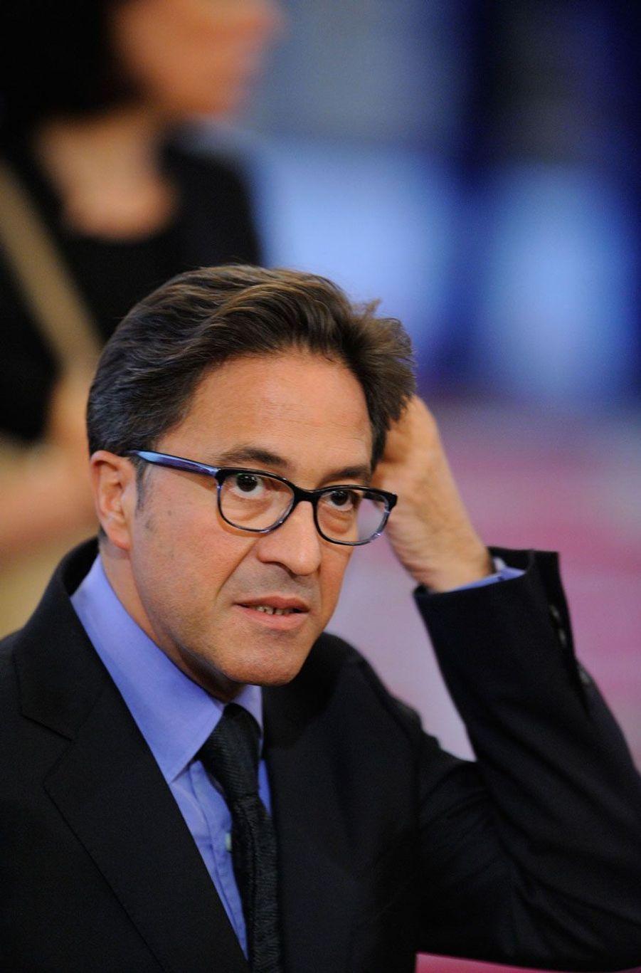 Le 18 avril 2014, Aquilino Morelle, conseiller politique de François Hollande, est contraint de démissionner au lendemain de révélations de Mediapart, qui l'accuse d'avoir touché en 2007 12 500 euros d'un laboratoire danois, Lundbeck, alors qu'il était en poste à l'Inspection générale des Affaires sociales (Igas). L'épisode d'une séance de cirage de chaussures dans les salons de l'hôtel Marigny a également fait grand bruit.