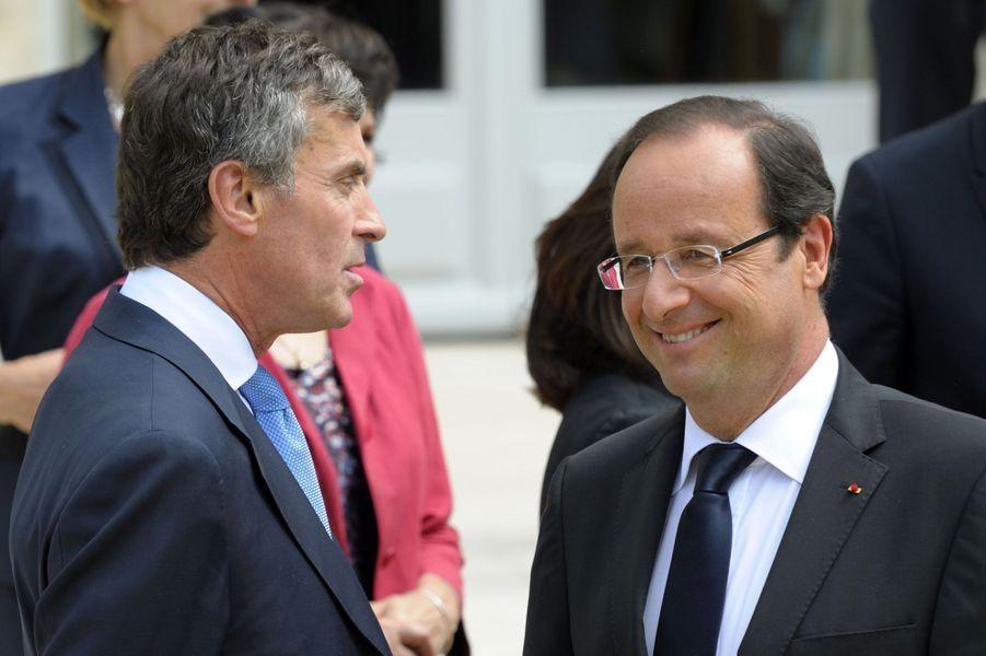 Elu en mai 2012 notamment sur la promesse d'une «république exemplaire», François Hollande a dû affronter plusieurs scandales liés à des ministres ou à son entourage proche. Le premier,l'affaire Cahuzac, avait été le plus retentissant en 2013. D'autres ont suivi cette année :Yamina Benguiguiet ses déclarations de patrimoine incomplètes,Aquilino Morelleet son conflit d'intérêt,Thomas Thévenoud, éphémère ministre qui oubliait de déclarer ses impôts,Kader Arif, gêné par l'enquête sur ses proches et enfin, la semaine dernière,Faouzi Lamdaoui, très proche de François Hollande, cité en correctionnelle pour «abus de biens sociaux», «blanchiment d'abus de biens sociaux» et «faux et usage de faux».L'affaire Cahuzac, premier scandaleLe 19 mars 2013,François Hollande met fin aux fonctions de Jérôme Cahuzac, après l'annonce par le parquet de Paris d'une information judiciaire pour des faits présumés de blanchiment et fraude fiscale visant le ministre du budget. Jérôme Cahuzac niait depuis plusieurs mois être détenteur d'un compte en Suisse, comme l'en accusait le site d'information Mediapart. Il passera aux aveux dans les semaines suivantes, après avoir menti devant l'Assemblée nationale.