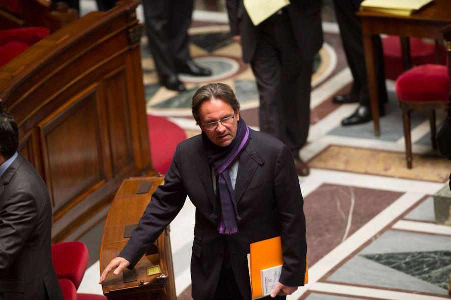 Député UMP des Français de l'étranger, Frédéric Lefebvre emploie Valérie, son épouse, en tant que collaboratrice. Selon sa biographie officielle, cependant, Valérie Lefebvre est graphologue.