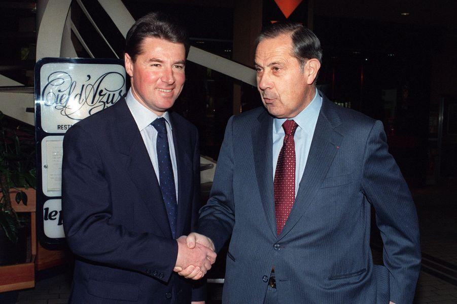 Christian Estrosi (G), député et président de la fédération RPR des Alpes Maritimes, serre la main de Charles Pasqua, le 19 janvier 1990.
