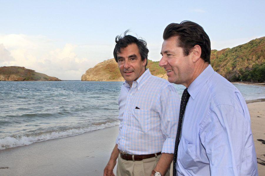 Le Premier ministre François Fillon (G) et le secrétaire d'Etat à l'Outre-mer Christian Estrosi visitent la plage de Pompierre à Terre de Haut dans les Saintes, le 22 août 2007.