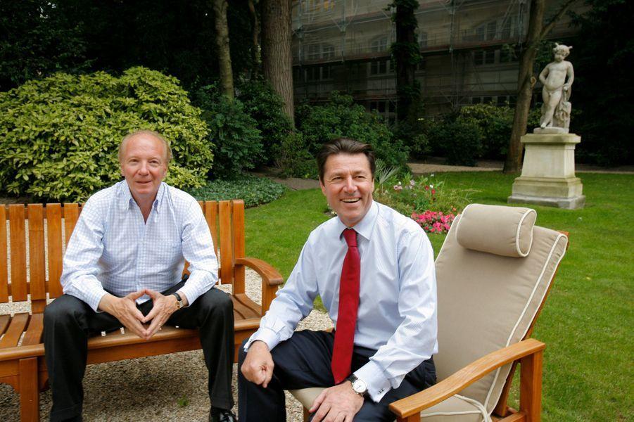 Brice Hortefeux, ministre de l'Immigration, posant avec le maire de Nice, Christian Estrosi assis dans les jardins de son ministère, rue de Grenelle à Paris, en 2008.