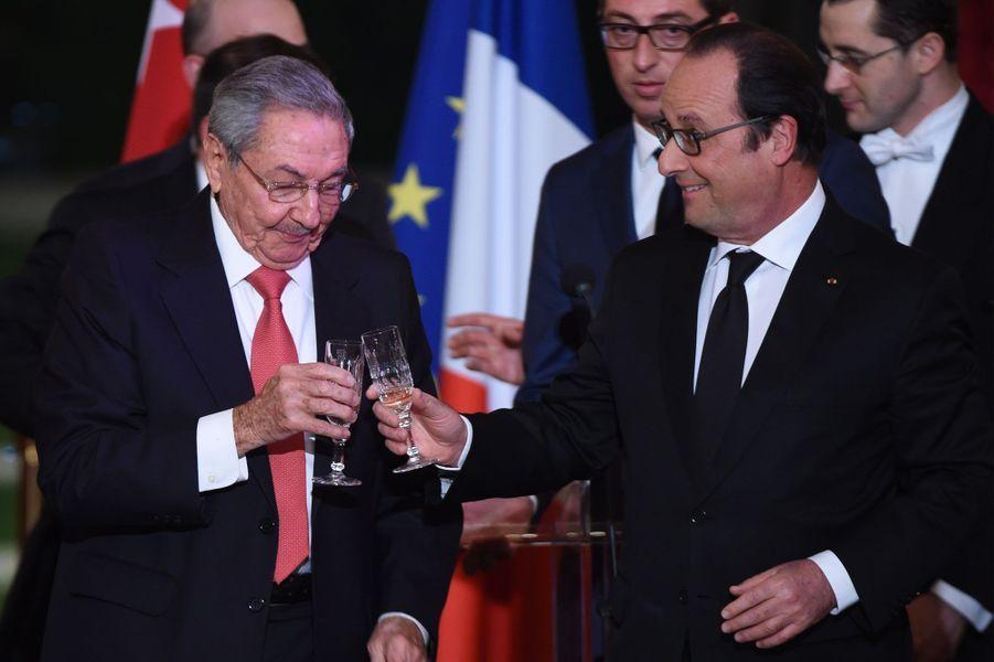 François Hollande et Raul Castro portent un toast