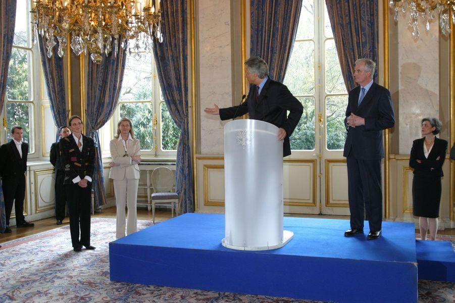 Avril 2004 : passation de pouvoir au quai d'Orsay, avec Michel Barnier