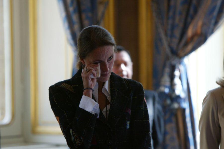 Marie-Laure de Villepin essuie une larme, lors de la passation de pouvoir