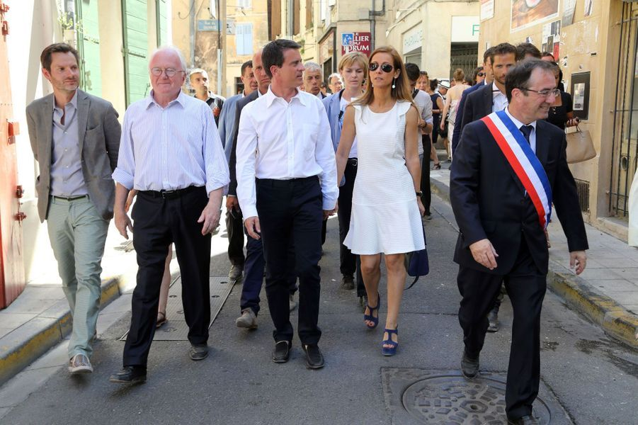 Manuel Valls et Anne Gravoin avec le maire d'Arles, Hervé Schiavetti