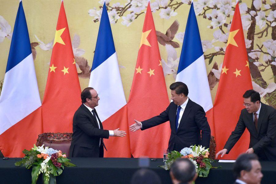Xi Jingping et François Hollande échangent une poignée de mains