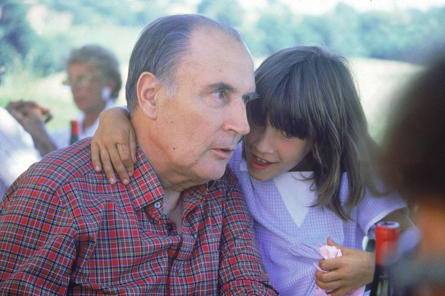 Pascale a huit ans. Elle est la fille de Gilbert Mitterrand. Son grand-père François Mitterrand lui demande, taquin : «Et les petits copains, comment ça va? Est-ce que tu as un fiancé?»