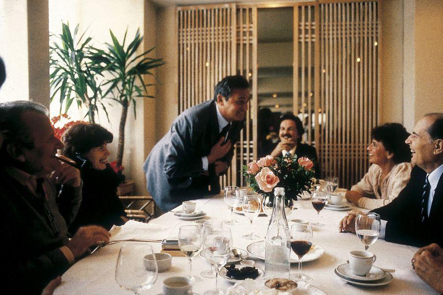 Un déjeuner dominical au restaurant Le Divellec dans le VIIème arrondissement de Paris. Roger Hanin raconte «une bien bonne» à François Mitterrand. En face, Danielle pouffe.