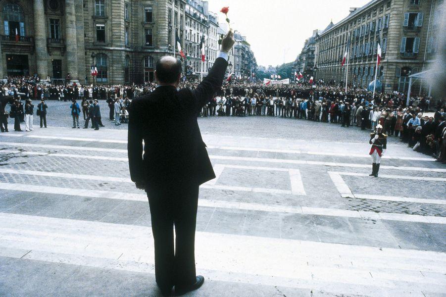 Sur le seuil du Panthéon, le 21 mai 1981, François Mitterrand s'est retourné pour saluer la foule.