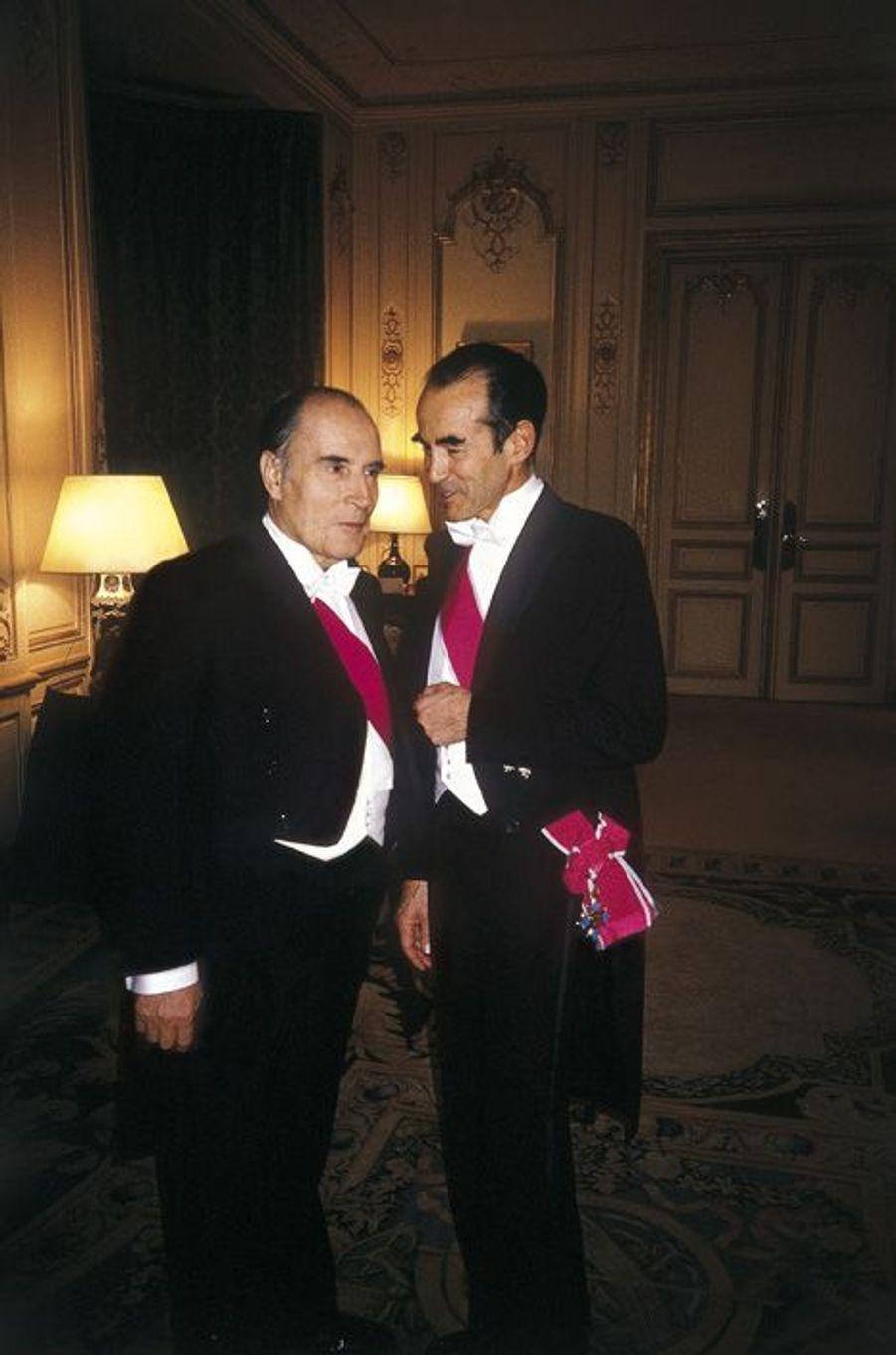 A l'ambassade de France au Royaume-Uni, avant un dîner d'apparat, François Mitterrand s'entretient avec Robert Badinter, son garde des Sceaux.