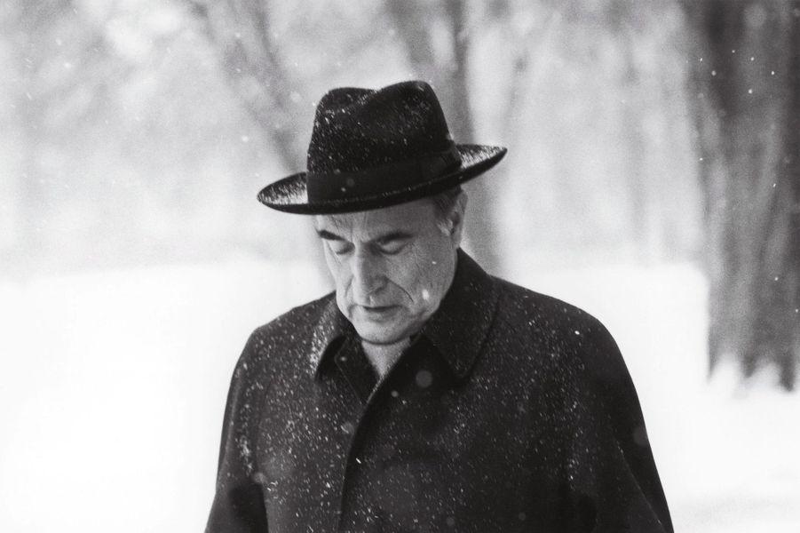 Chaque jour, François Mitterrand se promène dans les allées du parc de l'Elysée, même lorsqu'il neige.