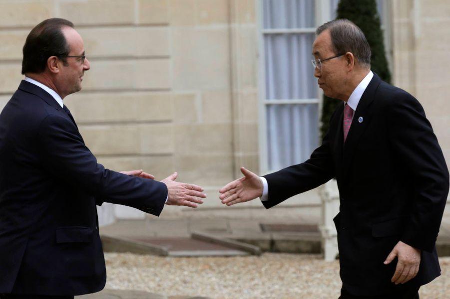 Poignée de main entre François Hollande et le Secrétaire général des Nations unies Ban Ki-moon