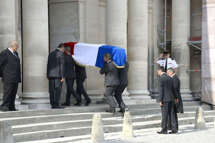 Le cercueil de Charles Pasqua, drapé de bleu-blanc-rouge