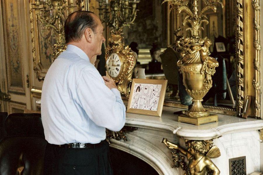 Dans son bureau, le jour du 2e tour des élections présidentielles de 2002. Jacques Chirac fait alors face à Jean-Marie Le Pen
